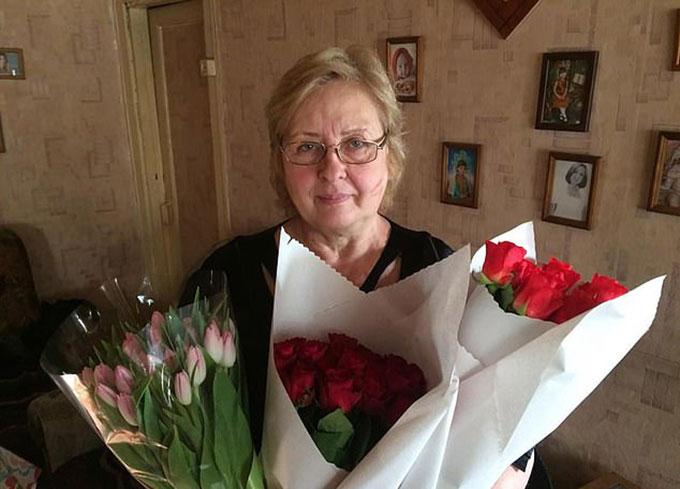 Bà Sanarova nhận được hoa từ chính quyền sau hành động cứu người. Ảnh: East2west News.