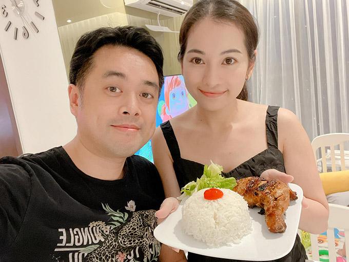 Vợ chồng nhạc sĩ Dương Khắc Linh khoe cơm gà nhà nấu.