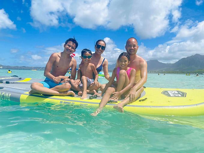 Gia đình ca sĩ Hồng Ngọc thỏa thích chơi đùa trên biển Waikiki (Mỹ).