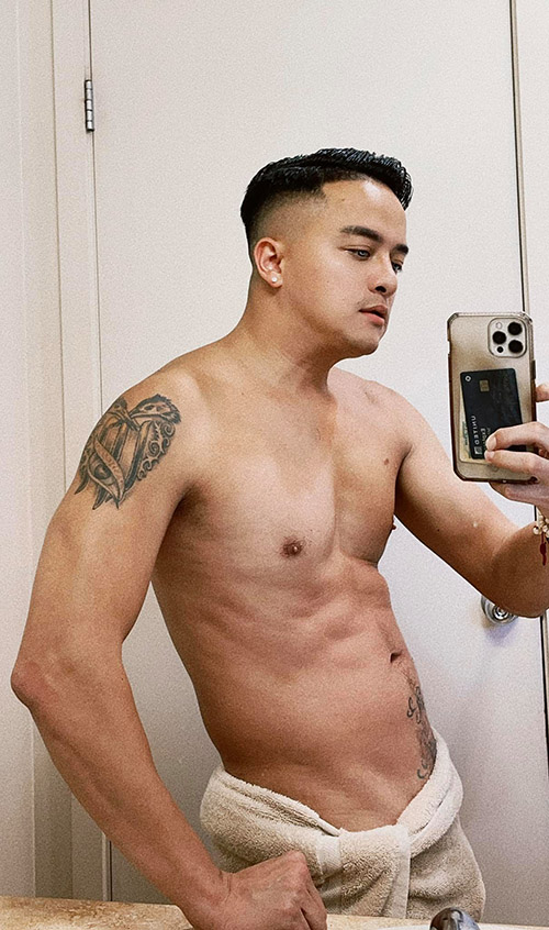 Cao Thái Sơn chụp ảnh bán thân khoe body vạm vỡ trước gương và than thở vẫn chưa ai rước.