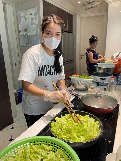 Diễn viên Trương Ngọc Ánh và mẹ tiếp tục làm những phần cơm gửi tặng tuyến đầu chống dịch.