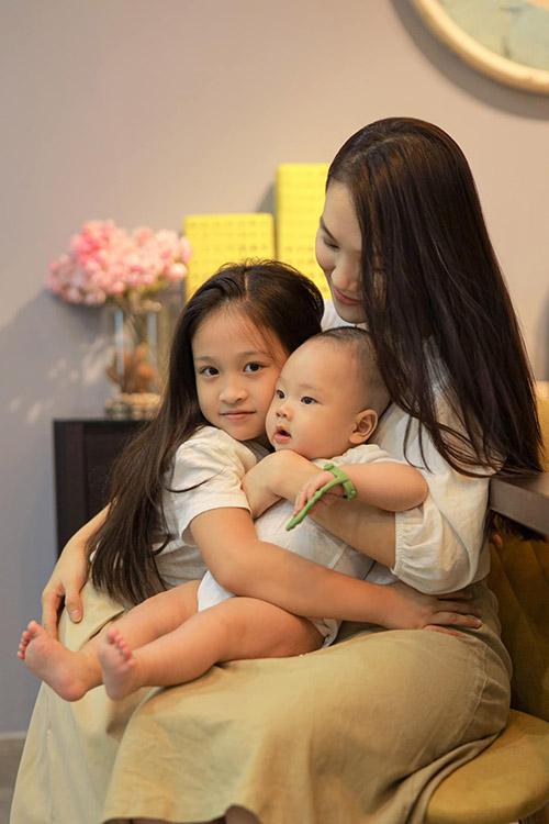 Thái Bích Ngọc - bà xã ca sĩ Phan Đinh Tùng - chia sẻ về bức ảnh bên hai con: Đây là hai mảnh ruộng Chúa cho. Vợ chồng con quyết chăm nom tươi tốt để không phụ lòng người.