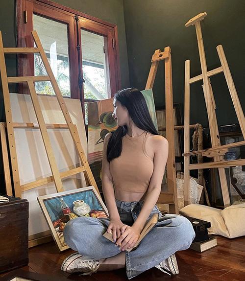 Là cô nàng chuộng phong cách tiểu thư với đầm trắng điệu đà, nhưng Jun Vũ cũng bị mẫu áo ba lỗ đúng trend mùa này mê hoặc.