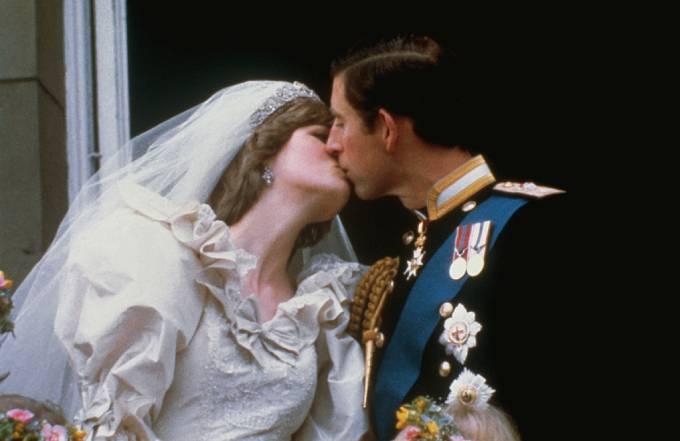 Vợ chồng Thái tử Charles hôn nhau khi đứng trên ban công Điện Buckingham ngày 29/7/1981. Ảnh: PA.
