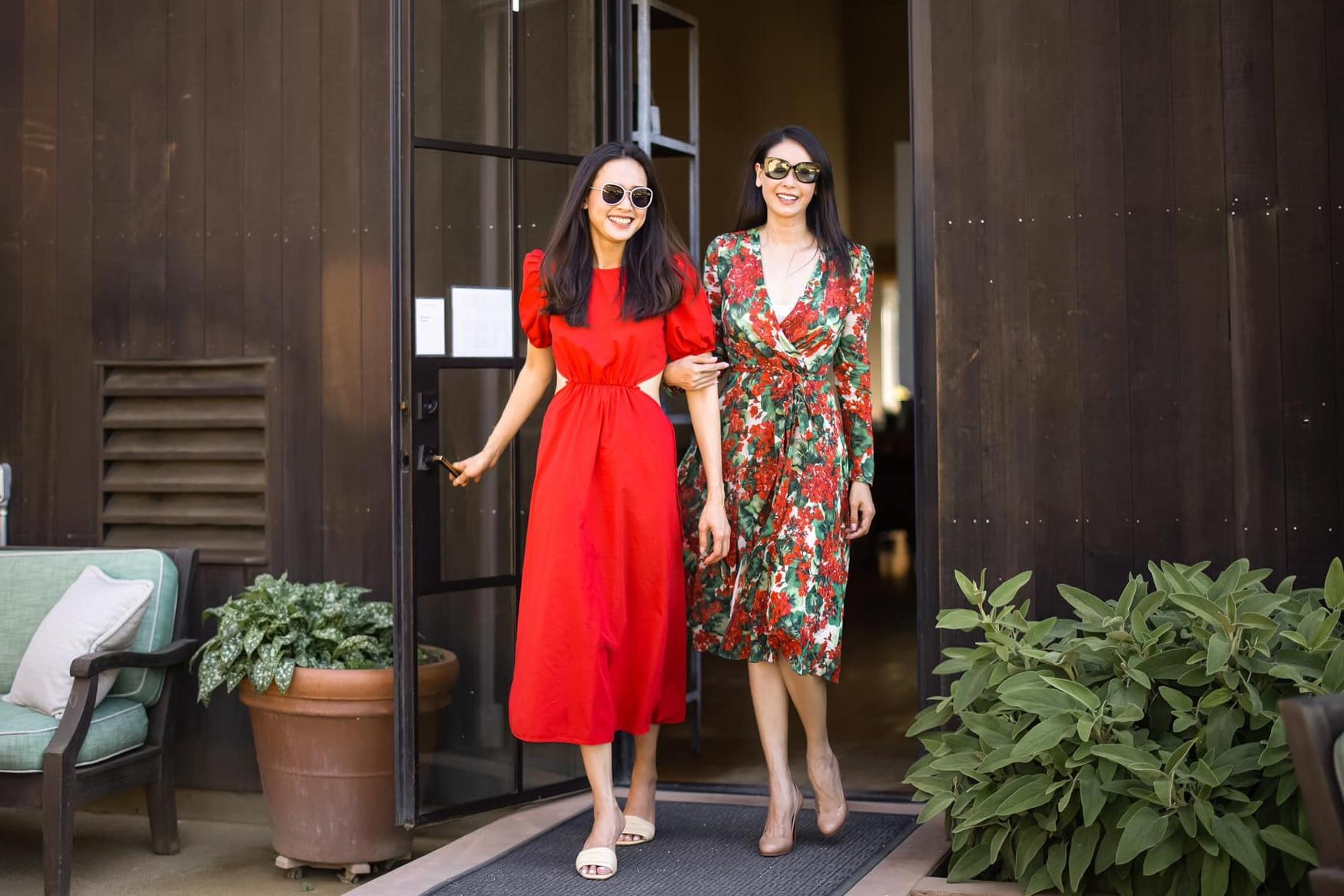 Hà Kiều Anh (phải) chia sẻ một số hình ảnh của cô và Dương Mỹ Linh đến thăm một cơ sở sản xuất rượu vang nổi tiếng của Mỹ. Chúc mừng sinh nhật em gái xinh đẹp của chị. Một tuổi mới nhiều hạnh phúc, yêu thương ngập tràn, lúc nào cũng rạng rỡ như mùa xuân thế này em nhé, Hà Kiều Anh nhắn gửi.