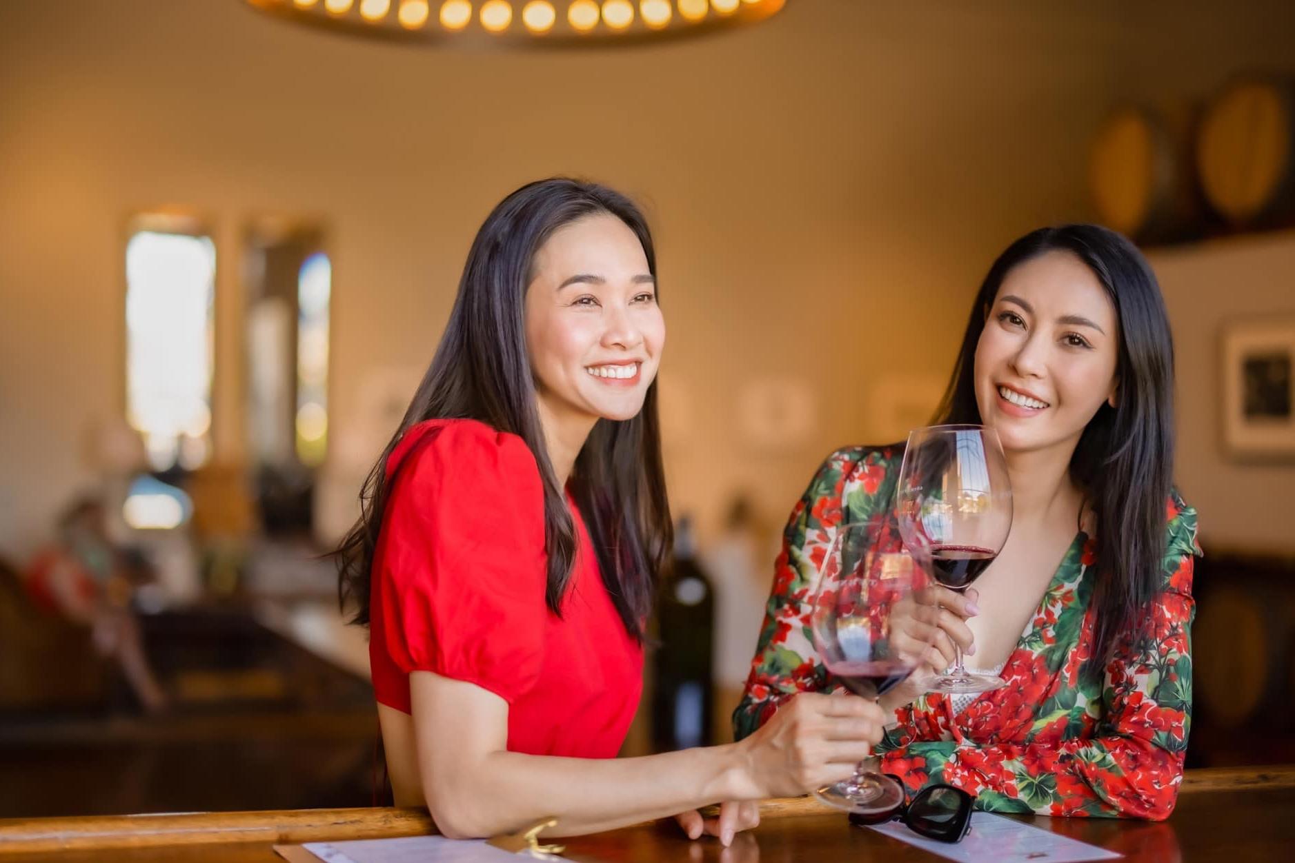Dương Mỹ Linh và Hà Kiều Anh có mối quan hệ thân thiết nhiều năm qua. Mỗi khi đi chơi cùng nhau, họ đều ghi lại những hình ảnh kỷ niệm.