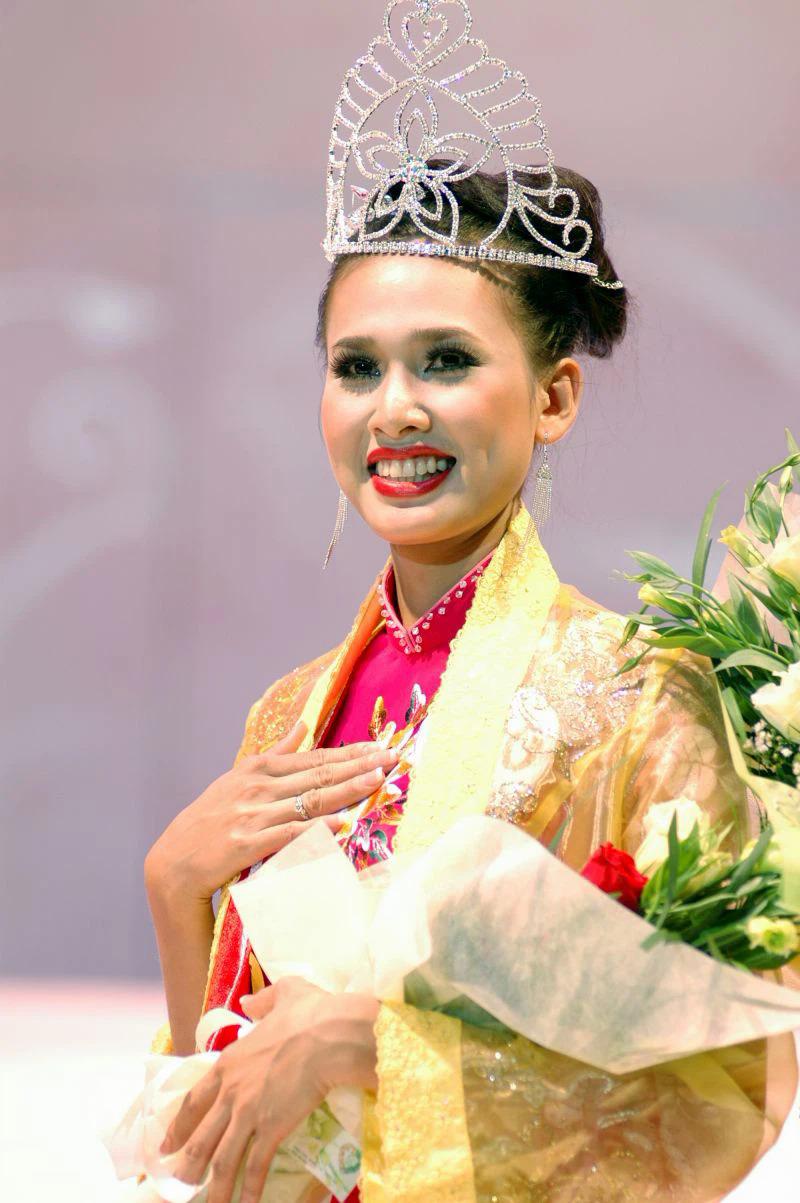 Dương Mỹ Linh đăng quang Hoa hậu Phụ nữ Việt Nam qua ảnh 2006 và thẳng giải Thí sinh được bình chọn nhiều nhất. Với danh hiệu cao quý, cô nỗ lực hoạt động nghệ thuật ở lĩnh vực thời trang, phim ảnh.