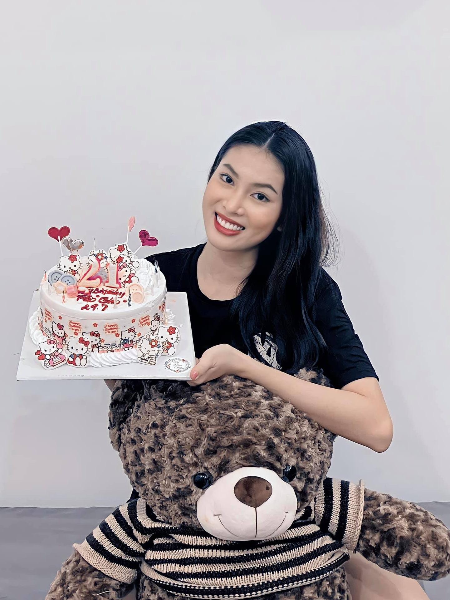 Á hậu Ngọc Thảo được mừng sinh nhật bằng tỏi, rau xanh - 3