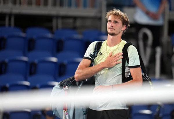 Zverev xúc động sau khi đánh bại Djokovic. Ảnh: Alamy.