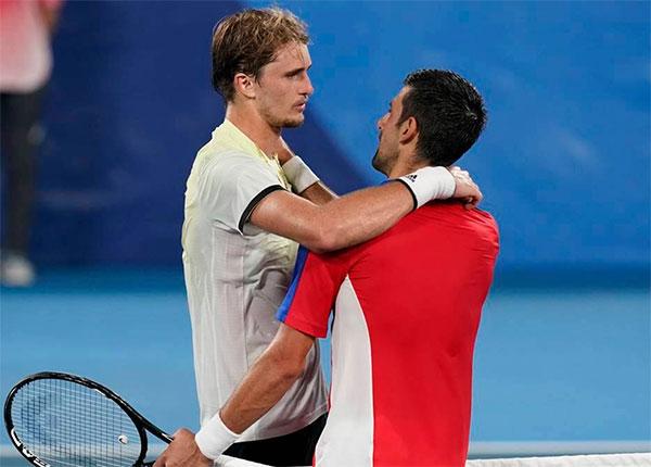 Djokovic chúc mừng đàn em sau bán kết đơn nam Olympic Tokyo chiều 30/7. Ảnh: AP.
