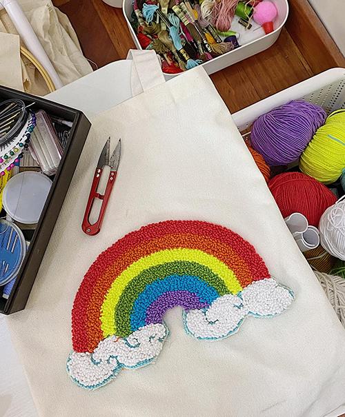 Bút thêu chỉ nổi len xù còn được Phương Khánh sử dụng để tạo nên nhiều sản phẩm thời trang thủ công và mang thông điệp ý nghĩa.