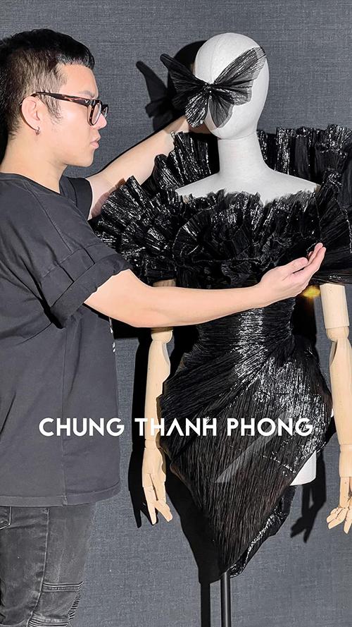 Trong thời gian tránh dịch, Chung Thanh Phong không ngừng say mê sáng tạo để mang tới dấu ấn cho các bộ sưu tập sắp được ra mắt.