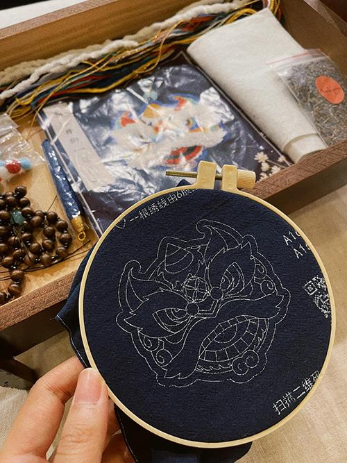 Bộ phụ liệu của Thanh Hằng được chuẩn bị khá chỉn chu từ vải, khung thêu, kim - chỉ và các phụ liệu để bạn gái dễ dàng thực hành.