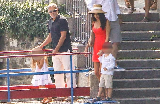 Vợ chồng cô đưa cặp song sinh Ella và Alexander lên thuyền để đi ăn. Họ sống tại dinh thự cổ bên hồ Como nên thường đi lại bằng thuyền.