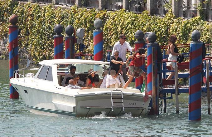 Gia đình Clooney dạo hồ ngắm cảnh và ăn trưa tại một nhà hàng ở Cernobbio.
