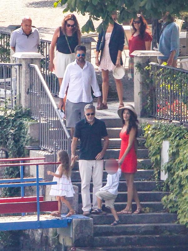 Amal trông vẫn thon thả khi xuất hiện bên gia đình hôm thứ 5.