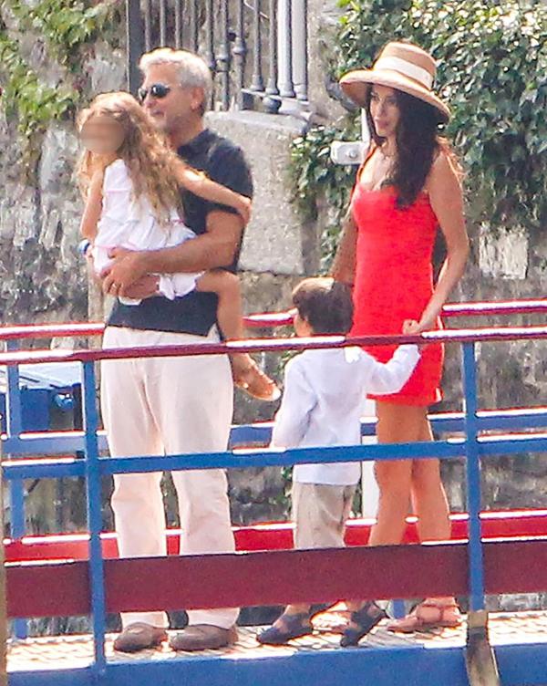 Amal Clooney diện đầm đỏ đi chơi ngay sau khi thông tin cô mang thai lần nữa được đăng tải trên tạp chí OK!. Nữ luật sư 43 tuổi được cho là đang mang bầu song thai được hơn ba tháng. Tuy nhiên cùng ngày, đại diện của vợ chồng Clooney đã lên tiếng bác bỏ tin đồn này. Câu chuyện Amal Clooney mang thai là hoàn toàn không đúng, người đại diện cho biết.