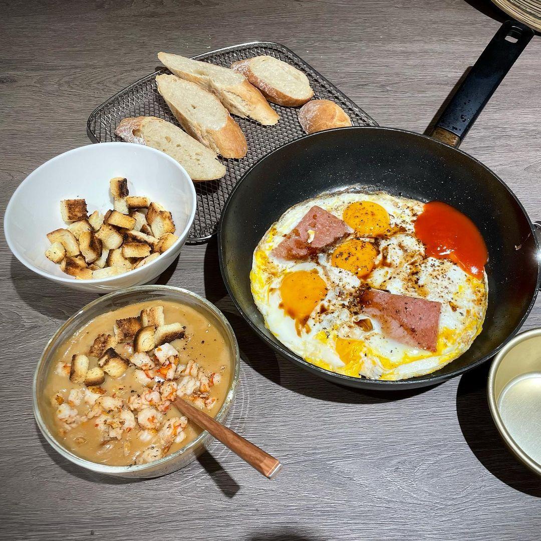 Lần khác, Trấn Thành thực hiện một set bánh mì chảo tại nhà lúc 6h sáng. Tuy nhiên, khác với bánh mì chảo thông thường, hai vợ chồng sử dụng bánh mì nướng, thái lát mỏng và đem nướng giòn, thơm ngon.