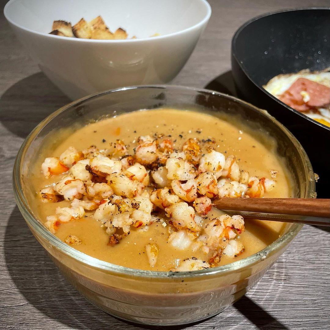 Sau nhiều năm chung sống, vợ chồng Hariwon - Trấn Thành vẫn luôn khiến fan ngưỡng mộ bởi sự tình tứ. Nam diễn viên phim Bố già luôn biết rõ sở thích ăn uống của vợ và không ngần ngại xuống bếp làm những món ăn ngập tràn tình yêu cho bà xã.