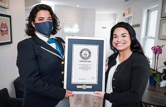 Samantha nhận Kỷ lục người phụ nữ có miệng rộng nhất thế giới. Ảnh: Guinness World Records.