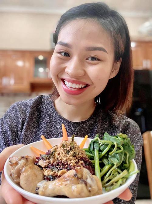 Diễn viên Lê Lộc (con gái Lê Giang) cho rằng: Thời điểm này, còn ở nhà thì ăn gì cũng ngon.