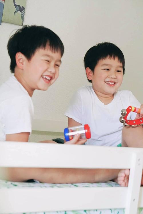 Nhờ cách chăm sóc khoa học của mẹ nên hai bé Ben - Liam có hàm răng trắng sáng, chưa từng sâu răng từ bé.