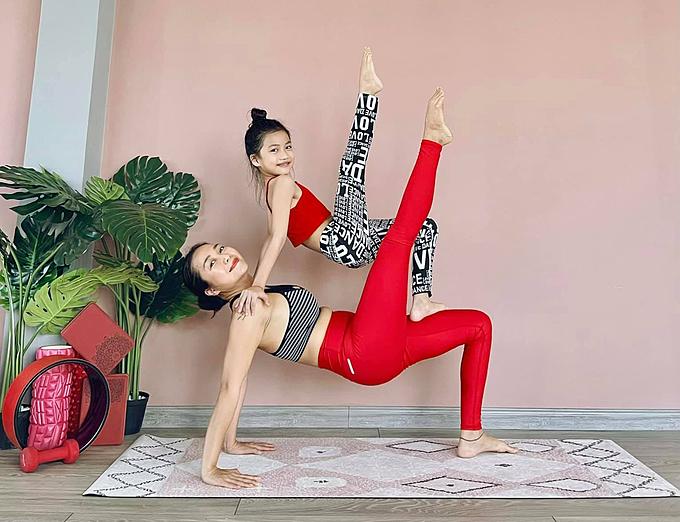 Còn nhỏ nhưng bé Cola nhà MC Ốc Thanh Vân đã thuần thục đủ các động tác yoga, không thua kém mẹ.