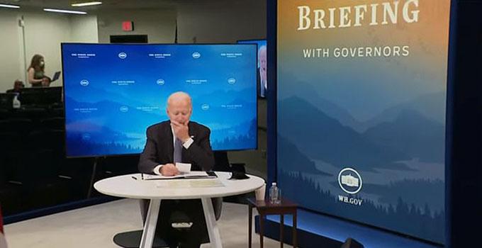 Tổng thống Mỹ lau cằm khi được trợ lý nhắc nhở. Ảnh: Reuters.