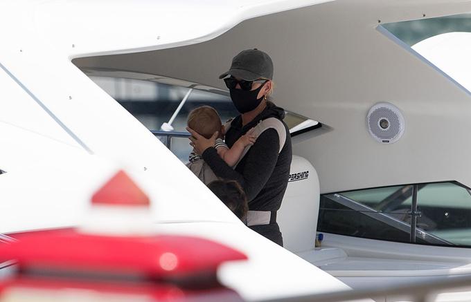 Katy Perry bế con gái nhỏ khi đến Italy.