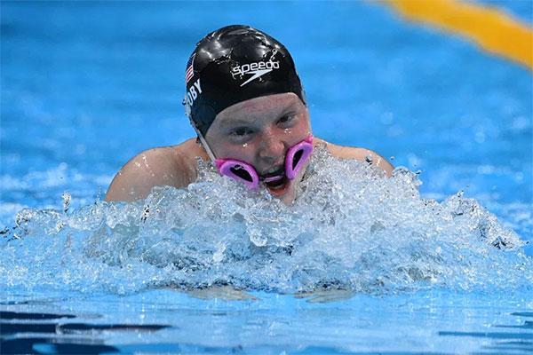 Nhà vô địch 100 m ếch bơi tiếp sức với chiếc kính bị tuột xuống tận miệng. Ảnh: AFP.