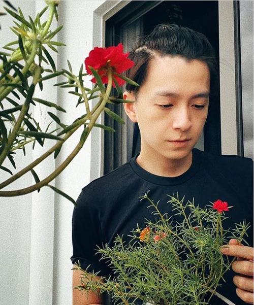 Hoa ghen thua thắm liễu hờn kém xanh, Ngô Kiến Huy hài hước mượn câu thơ trong Truyện Kiều của Nguyễn Du để bình luận bức ảnh của mình.