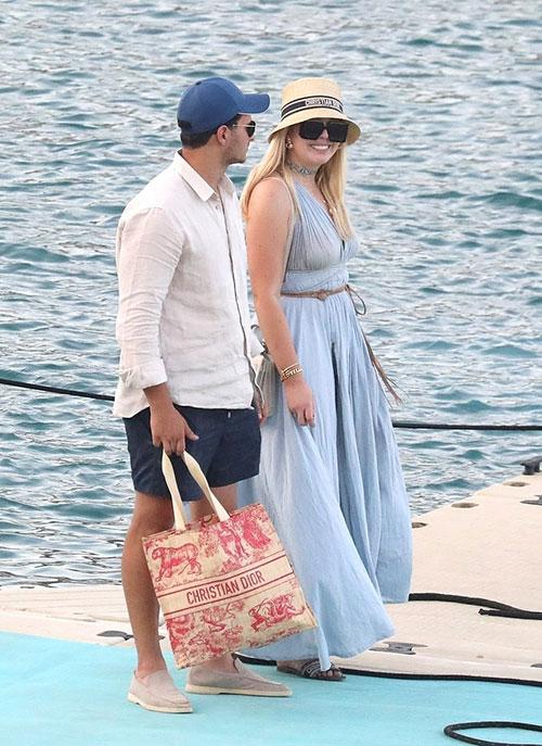 Tiffany Trump cười tươi rói khi đi chơi với chồng sắp cưới ở Hy Lạp hôm 30/7. Ảnh: Backgrid.