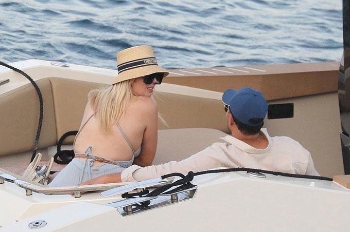 Tiffany Trump khoe lưng trong trang phục đi biển với chồng sắp cưới. Ảnh: Backgrid.