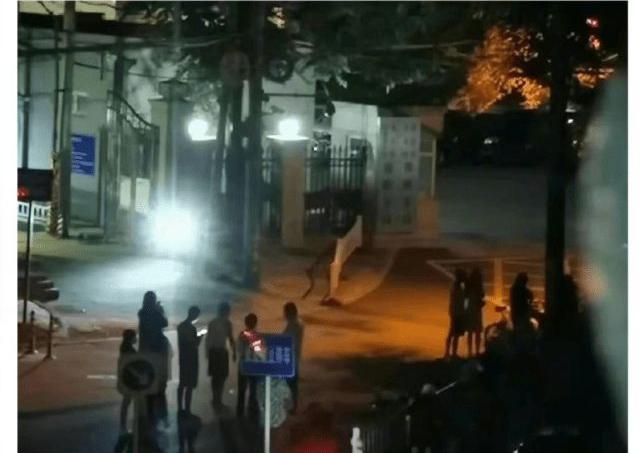 Dân tình đứng hóng ở Cục cảnh sát Triều Dương, nơi Ngô Diệc Phàm bị tạm giam tối qua 31/7.