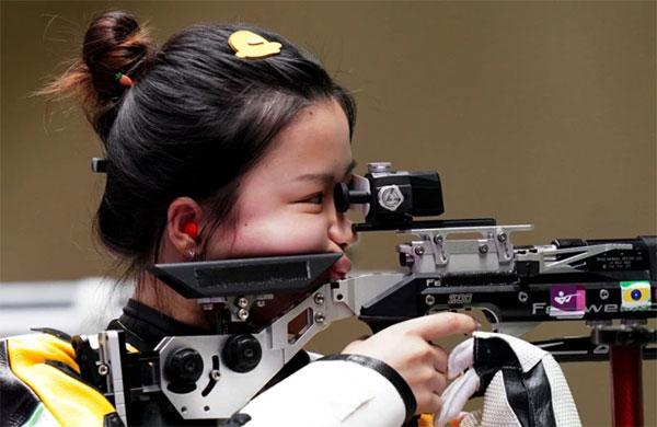 Xạ thủ Yang Qian với chiếc kẹp tóc ngộ nghĩnh tại Olympic Tokyo. Ảnh: AFP.