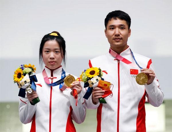 Yang Qian và đồng đội giành HC vàng 10 m súng trường hơi nam nữ. Ảnh: AFP.