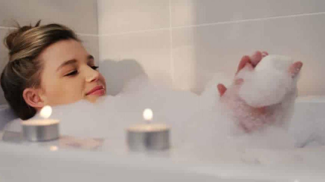 Ngâm mình trong bồn nước nóng giúp dễ ngủ hơn.