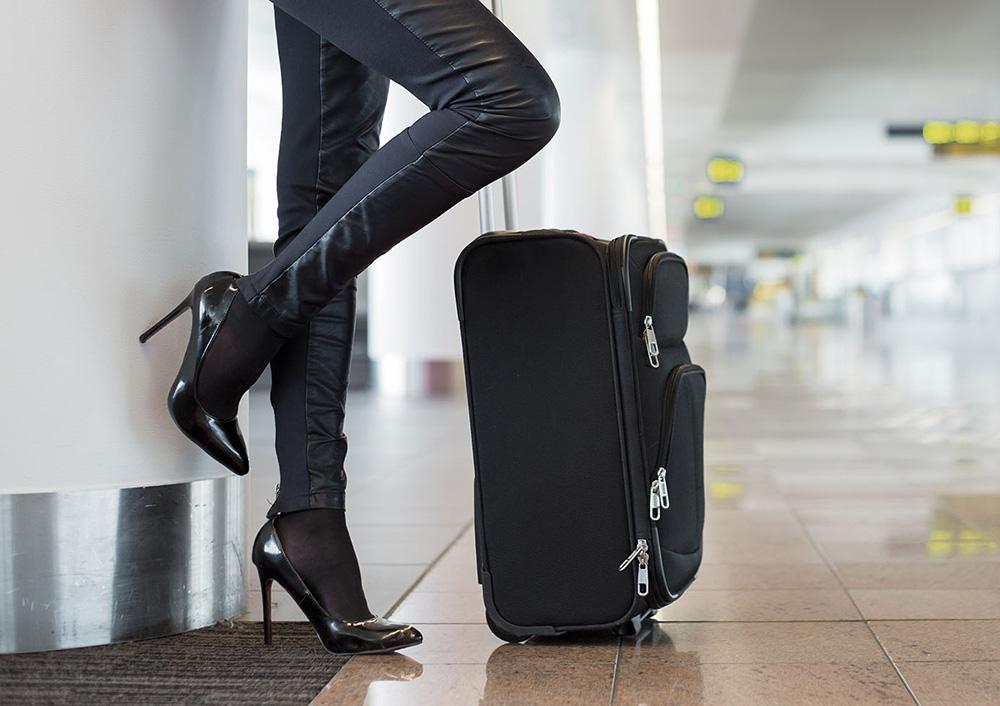 Dù không thể sống thiếu giày cao gót hàng ngày, phái đẹp cũng nên từ bỏ chúng khi đi máy bay. Bên cạnh vấn đề về sự thoải mái, quan trọng hơn là sự an toàn. Trong trường hợp sơ tán, bạn sẽ không thể chạy nhanh với giày cao. Ngoài ra, gót giày có thể làm hư hại cầu trượt được sử dụng khi hạ cánh khẩn cấp.