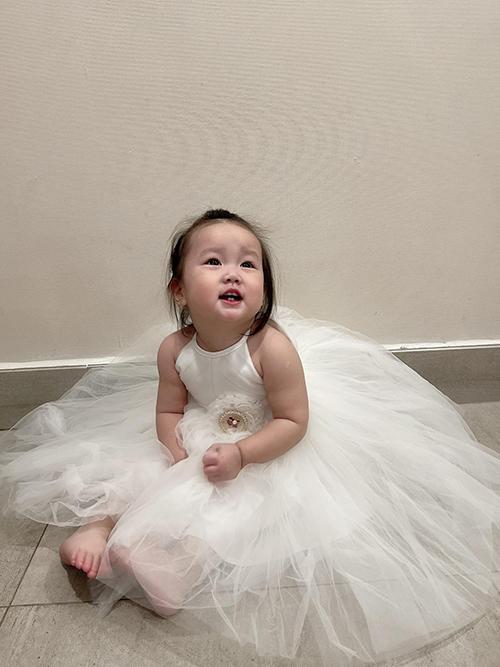 Em được mẹ diện váy như cô công chúa nhỏ. Bào Ngư ở nhà ngoan ngoãn, hiếu thảo, biết vâng dạ với người lớn.