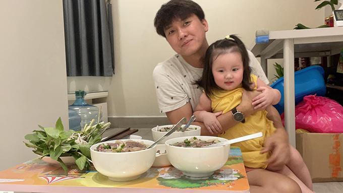 Cô nhóc 21 tháng tuổi đã được 16 kg, dễ ăn và được ăn đồ như người lớn, biết tự xúc.