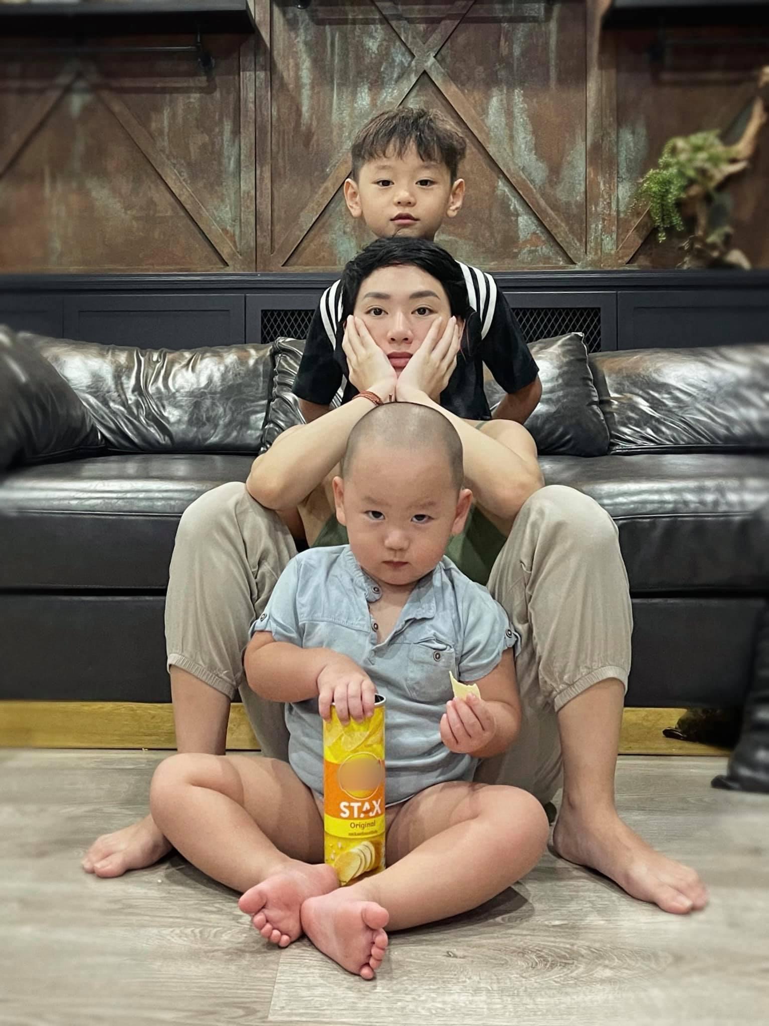 Gia Hưng hiện hơn hai tuổi, là con trai của ca sĩ Trà My Idol và doanh nhân