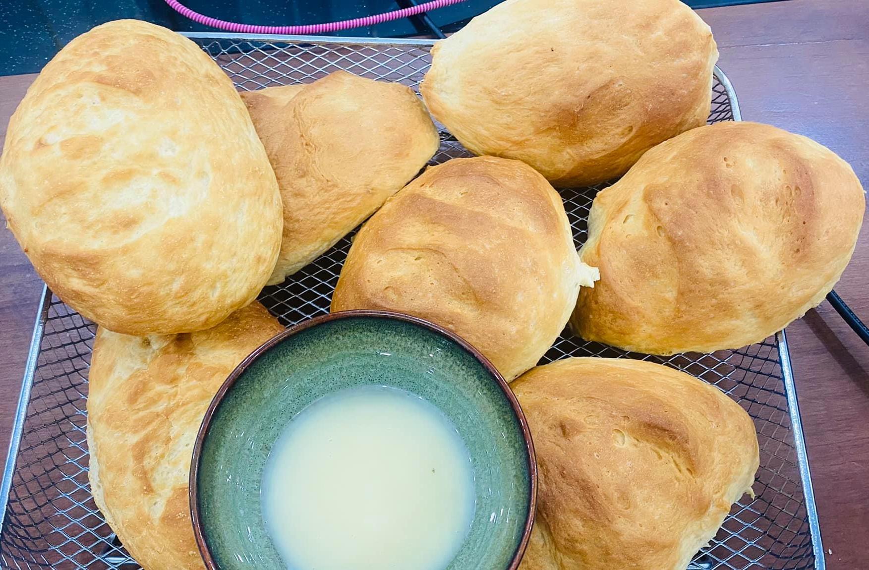 Cô nói, bánh mì trông vậy, nhưng thật ra cứng như đá dù cô đã canh chỉnh nhiệt độ kĩ càng nên cảm thấy như không có duyên với bánh mì. Tuy nhiên, bánh mì của cô đem chấm sữa đặc cũng không tồi. Nhiều người gợi ý nữ diễn viên nên giảm lượng bột lúc tạo hình bánh lại để bột dễ nở, đồng thời nhào bột vừa phải. Bột bị nhào quá tay sẽ bị chai, làm bánh nướng xong không được mềm, xốp như ý. Lúc tạo hình bánh thì nên