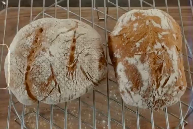 Tóc Tiên tiết lộ, mẻ thứ hai không đẹp về mặt hình thức và bột chưa nở to như mẻ đầu nên cô quyết làm nhiều lần cho đều tay. Cô đã giảm khối lượng bột cho ổ bánh vừa miệng hơn nhưng lại tách đôi, tạo hình thành 2 hình dạng khác nhau nên thành ra hai chiếc bánh nhỏ xíu. Thế nhưng, bánh vẫn có màu vàng nâu đập đặc trưng của bánh mì nguyên cám, gõ vào đáy phát ra âm thanh rỗng đúng chuẩn, ăn khá ngon.