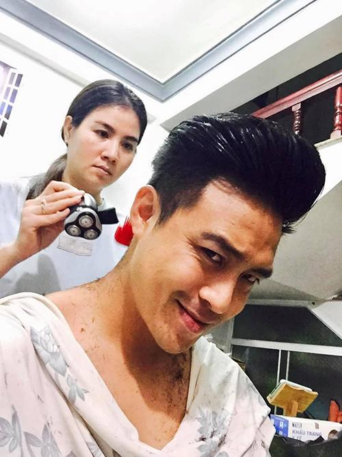 Diễn viên Thanh Duy được bà xã Kha Ly cắt tóc tại nhà mùa dịch.