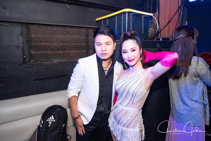 Ca sĩ Hương Tràm tại hậu trường đi diễn tại Mỹ.