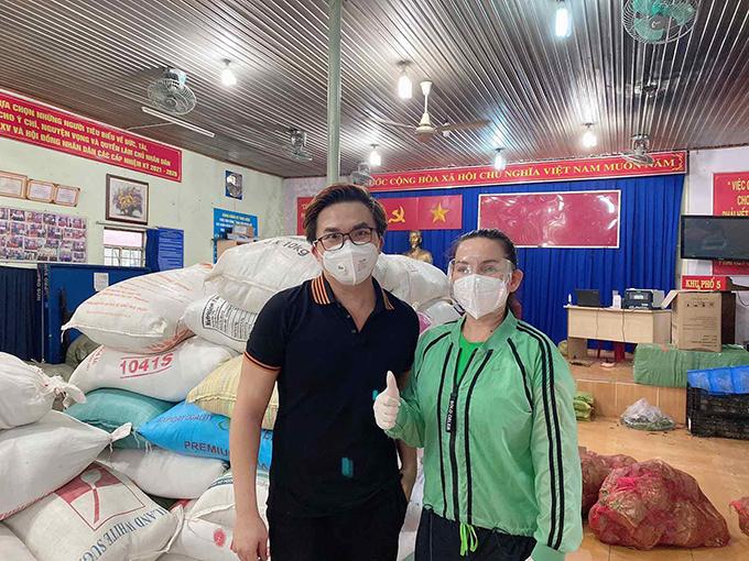 MC Đại Nghĩa và ca sĩ Phi Nhung là hai trong số những sao Việt tích cực làm từ thiện mùa dịch.