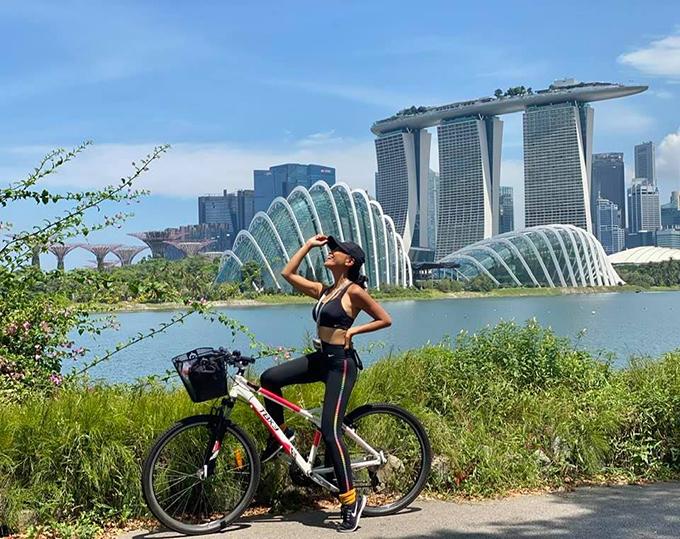 Ca sĩ Đoan Trang đạp xe tại Singapore và hài hước ví mình như một vận động viên thể thao: Lẽ ra giờ này đang ở Tokyo nhưng vì khả năng quá xuất chúng nên ban tổ chức gửi trả về.