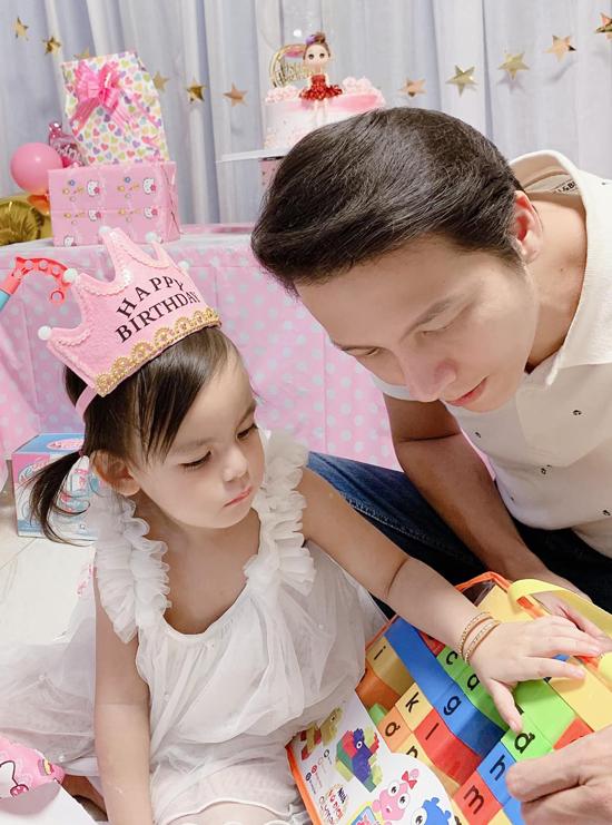 Từ ngày kết hôn và có con, Dương Hoàng Anh coi gia đình là số một. Chàng diễn viên có thể chơi đùa cả ngày bên hai công chúa nhỏ mà không thấy chán. Anh được nhiều bạn bè, khán giả ngưỡng mộ vì là ông bố bỉm sữa mẫu mực, luôn yêu vợ, thương con.