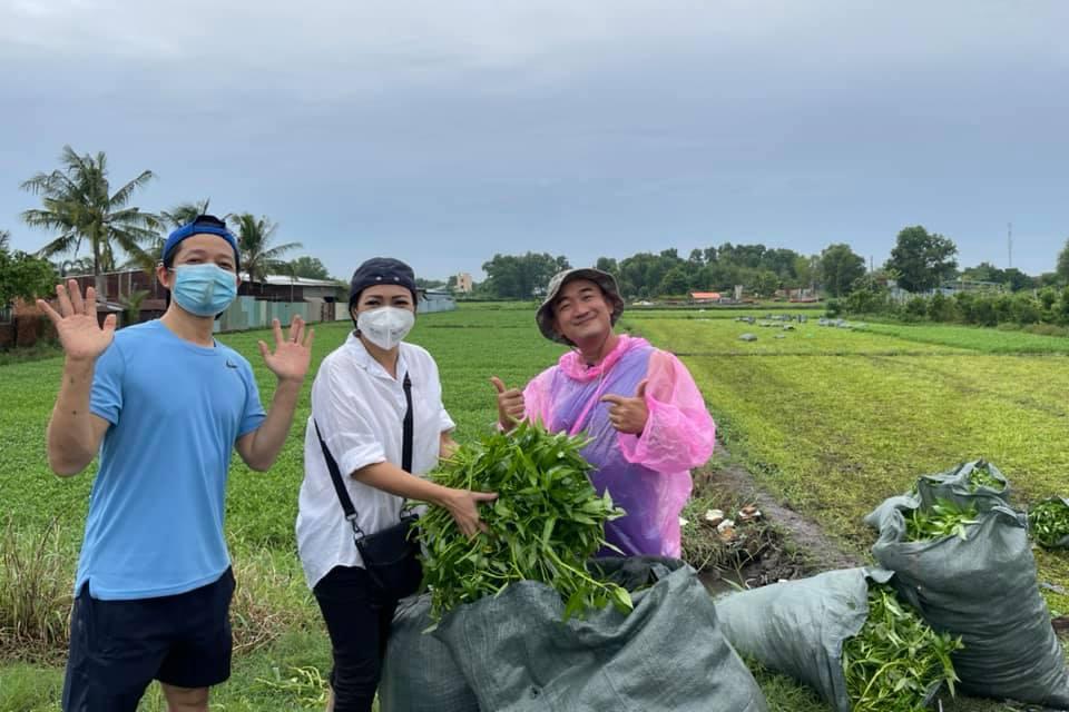 Chị Chanh đến tận vườn ở Hóc Môn nhận rau xanh từ nhà thiết kế Thuận Việt (trái) và stylist Long Áo dài.