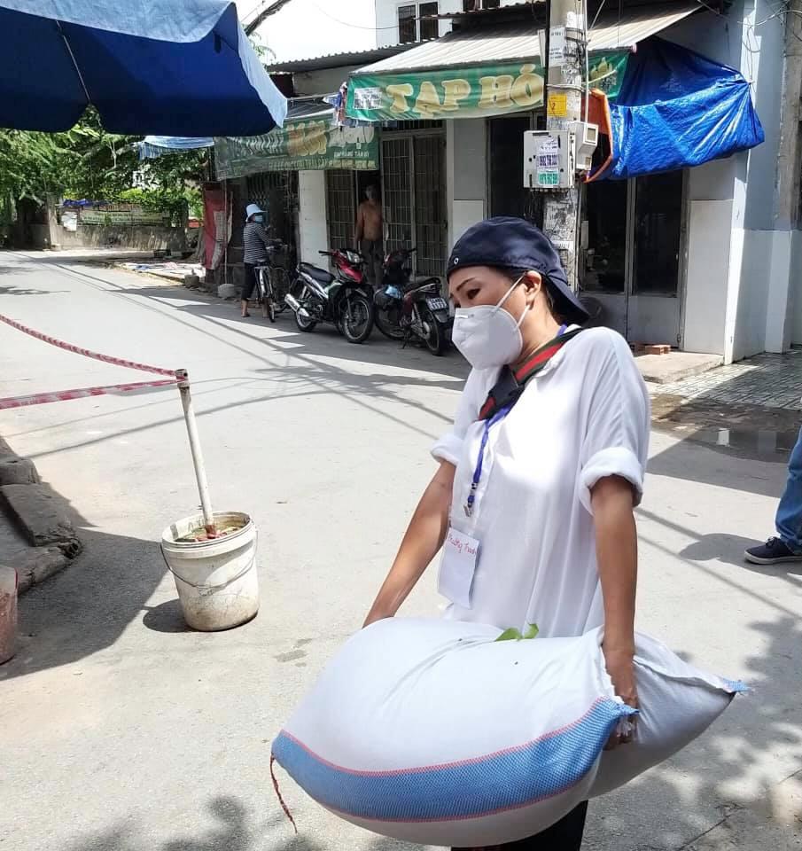 Tuy vất vả khâu vận chuyển, Phương Thanh rất hạnh phúc vì có thể đóng góp chút công sức trong giai đoạn dịch bùng phát hiện nay.